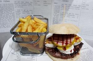 Menú completo de hamburguesa gourmet en Restaurante Artesyan