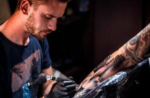 Tatuaje de tinta negra o color